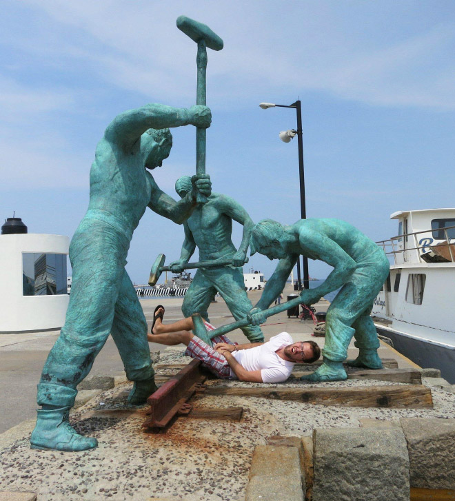 The statues are beating up people for a change!